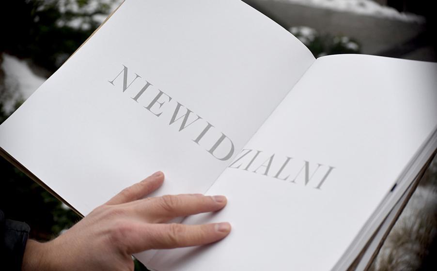 'Niewidzialni' – książka napisana przez bezdomnych, którą można czytać tylko na mrozie