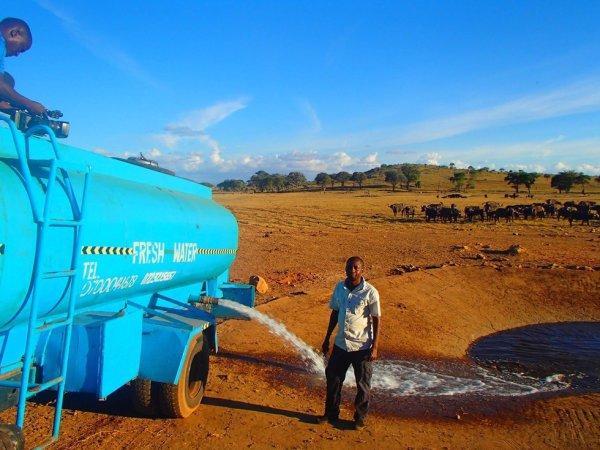 Farmer, który sam ratuje tysiące afrykańskich zwierząt przed śmiercią z pragnienia