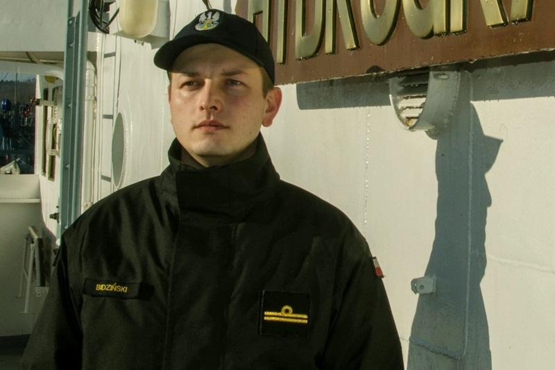Mężczyzna stracił równowagę i spadł na tory SKM w Gdańsku Wrzeszczu. Spod kół nadjeżdżającego pociągu uratował go oficer Marynarki Wojennej