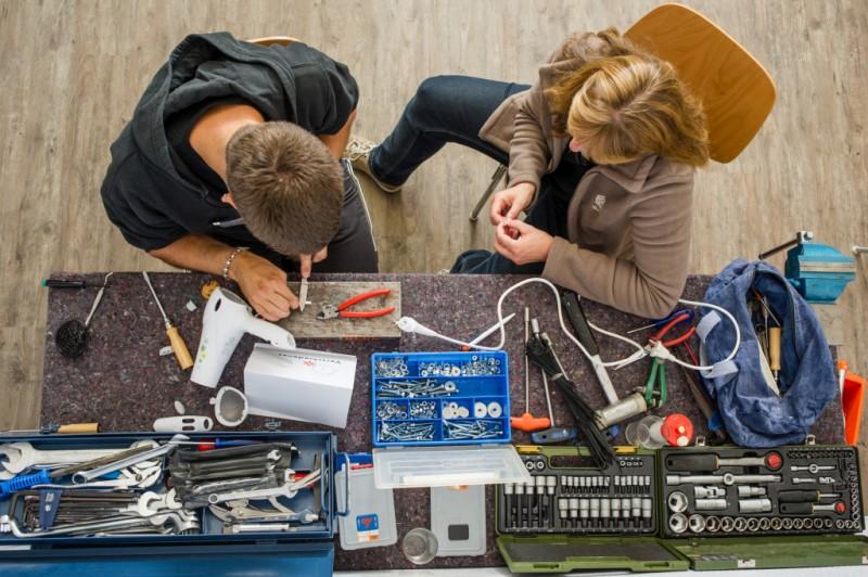 """Producenci utrudniają dokonywanie napraw bo chcą byśmy kupowali nowe urządzenia. W niektórych stanach USA już powstają przepisy, które mają ograniczyć praktyki """"antyserwisowe"""""""