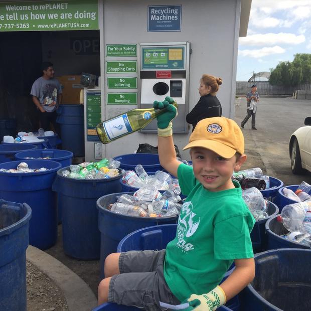 Siedmioletni Kalifornijczyk zaoszczędził 10 tysięcy dolarów na naukę w szkole, dzięki własnej firmie recyklingowej