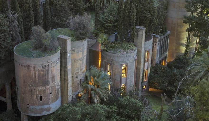 Architekt przerobił starą cementownię na zapierający dech w piersiach dom