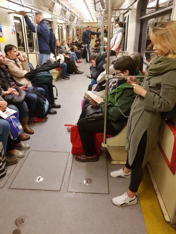 Zdjęcie z polskiego metra zaskoczyło obcokrajowców. Czemu się dziwią?