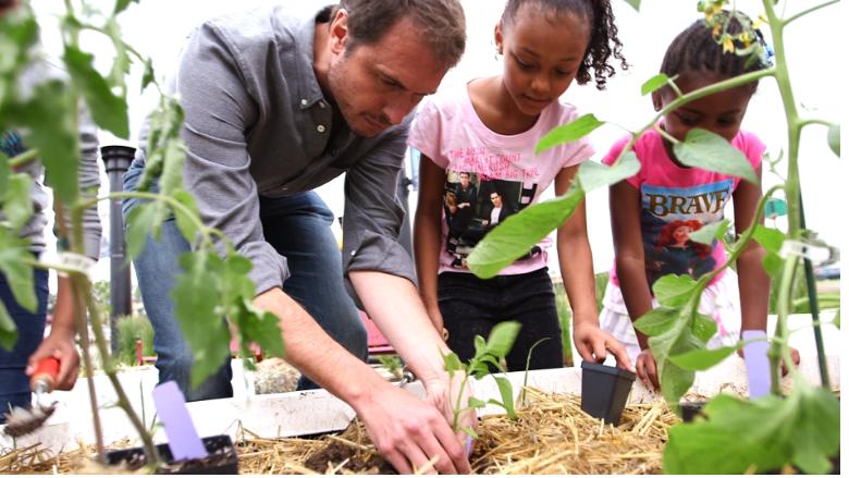 """Biznesmen Kimbal Musk wprowadza """"żywnościową rewolucję"""" i funduje kolejne ogrody warzywne dla szkół"""