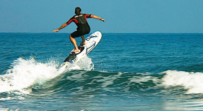Brak fal? Żaden problem… elektryczne deski surfingowe firmy Onean pozwalają sunąć po płaskiej wodzie