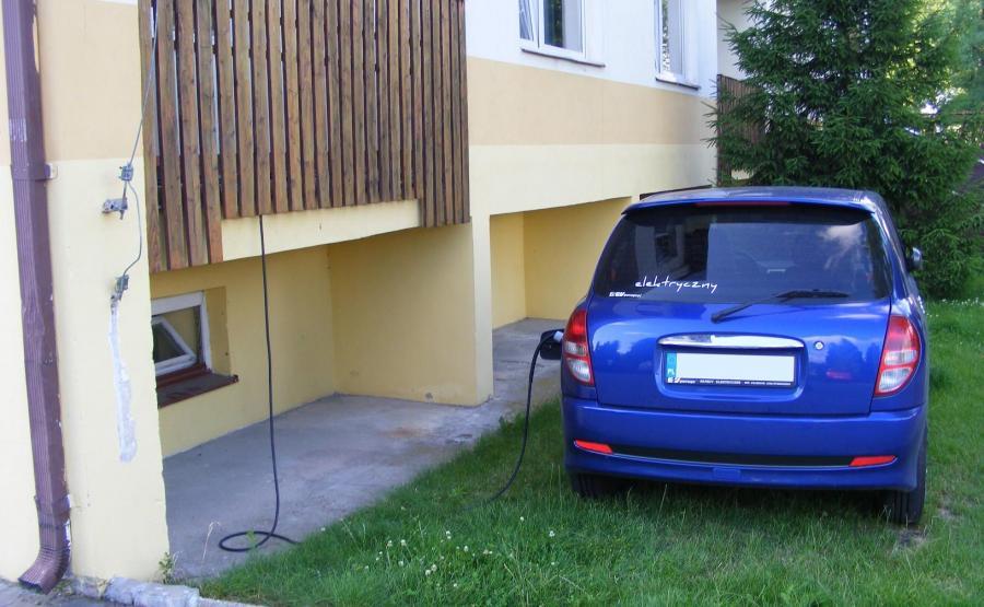 Zbudował w piwnicy samochód i zwiedza Polskę za bezcen. Przejechał ponad 2 tys. km za 175 zł