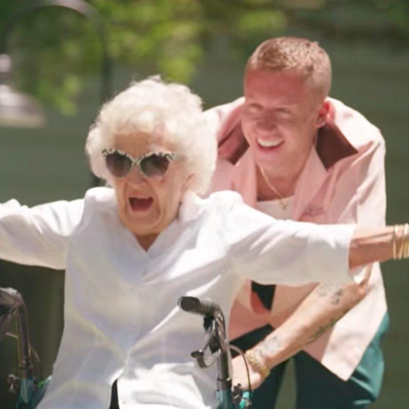 """Urodzinowa niespodzianka dla 100-letniej babci (teledysk """"Glorious"""")"""