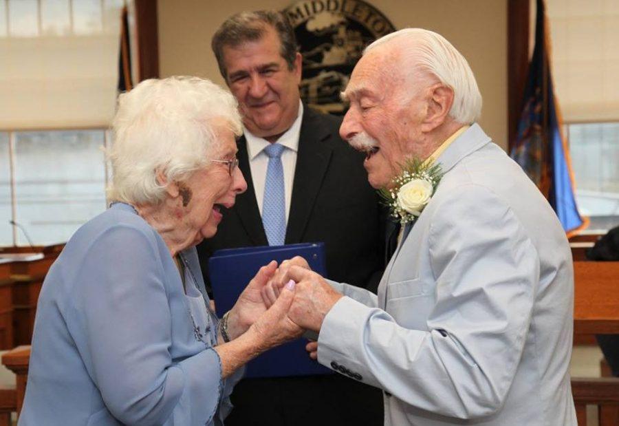 On ma 94 lata, a ona 98, poznali się na siłowni i właśnie pobrali