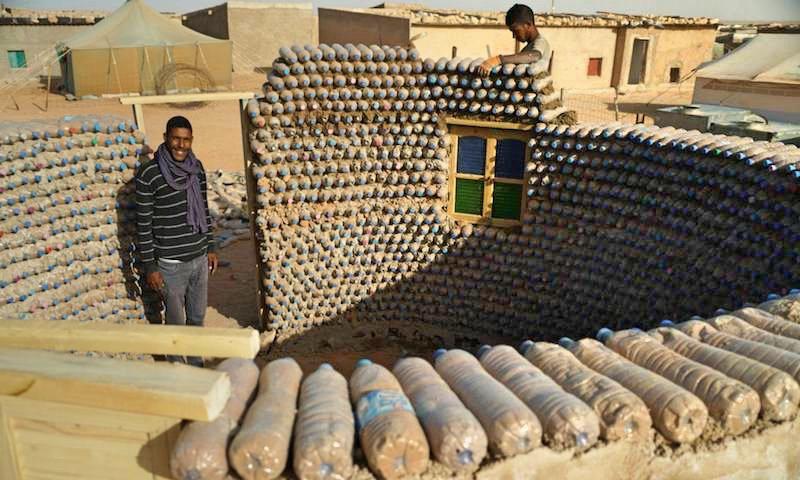 Dla babci zbudował dom z plastikowych butelek