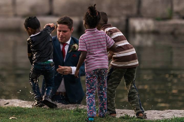 Niespodziewane wydarzenie podczas sesji fotograficznej, pan młody ratuje tonące dziecko