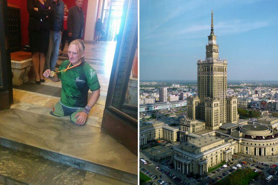 Niepełnosprawny sportowiec wszedł na rękach na pałac kultury