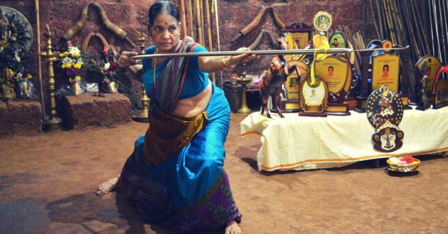 Siedemdziesięcioletnia Meenakshi Gurukkal – najstarszy żyjący nauczyciel starożytnej sztuki walki Kalaripayatu – otrzymała nagrodę Padma Sri Award