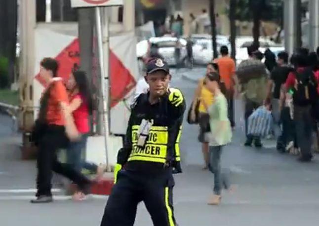 Policjant kierował ruchem w rytm utworu Michaela Jacksona