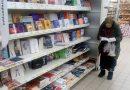 Staruszka od 15 lat przychodziła do marketu czytać książki, pracownicy zrobili jej kanapę