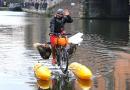 Sam skonstruował rower, którym pływa po londyńskiej Tamizie i zbiera plastikowe śmieci