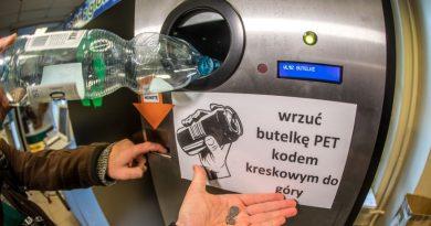 """W Krakowie stanął pierwszy w kraju """"butelkomat"""" do skupu plastiku"""