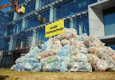 Przed warszawską siedzibą Nestlé wysypano 350 kg plastikowych śmieci. Wymowna akcja ekologów