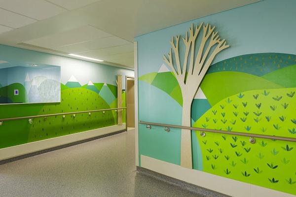 Grupa artystów przemienia londyński szpital w kolorowe i radosne miejsce