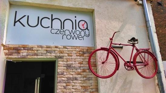 Czerwony Rower – warszawska knajpa na Pradze, w której zamawiając jedzenie, pomaga się innym