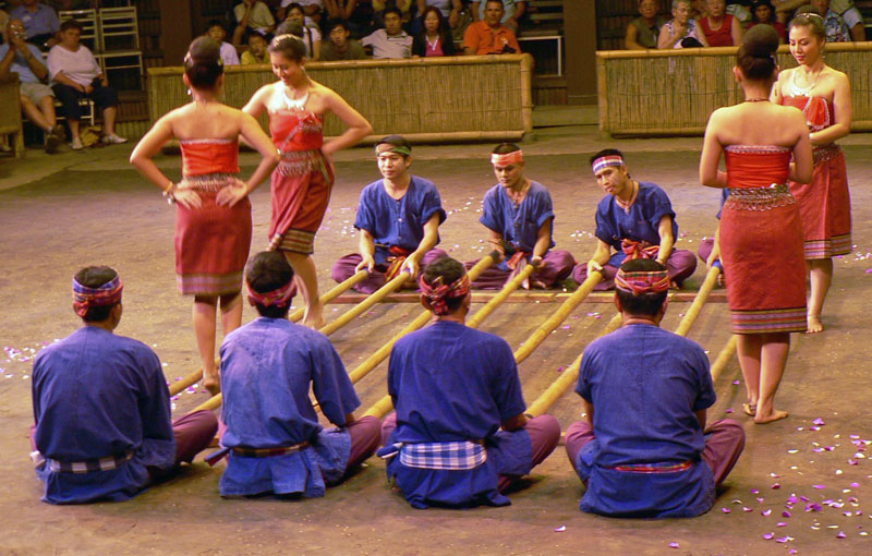 Cheraw – indyjski taniec z bambusem (bamboo dance)