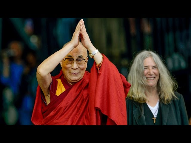 Glastonbury 2015: Patti Smith gości na scenie Dalajlamę