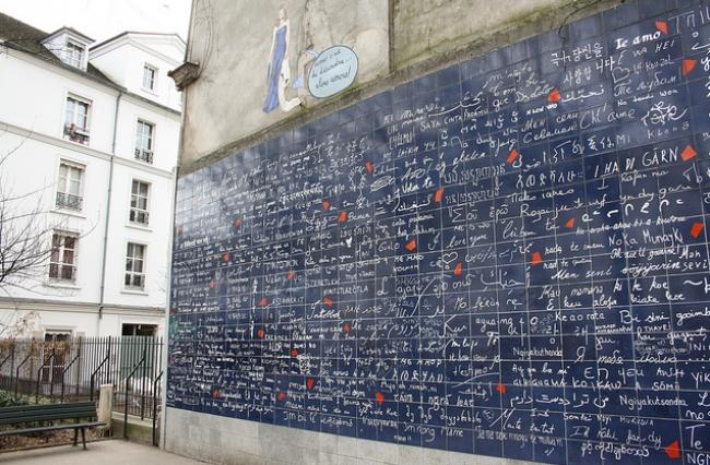 """""""Kocham cię"""" w ponad 200 językach na paryskim murze"""