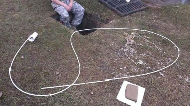 Żołnierze usłyszeli coś w studzience kanalizacyjnej. Postanowili to uratować