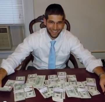 Mężczyzna znalazł 98 tys. dolarów w biurku kupionym w serwisie internetowym