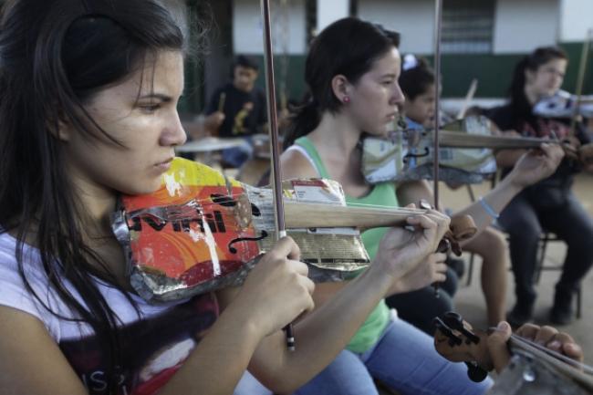 Paragwajska społeczność tworzy instrumenty muzyczne ze śmieci