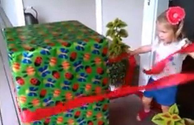 Mała dziewczynka dostała wielki prezent. A gdy go w końcu rozpakowała, okazało się, że tak naprawdę jest większy, niż wszystko, co dałoby się kupić za pieniądze