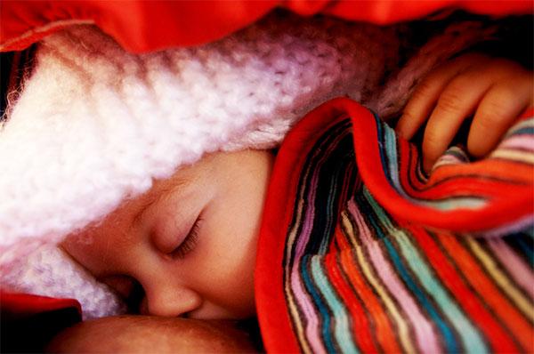 Zasypianie dziecka przy piersi jest ok!