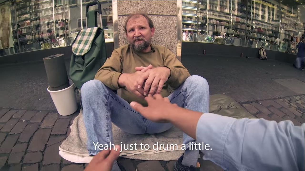 Przysiedli się do bezdomnego. Zobacz efekt ich akcji