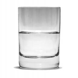 Profesor psychologii zadał pytanie ile waży szklanka z wodą. Odpowiedź jest lekcją życia