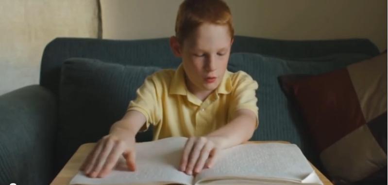 Inspirująca historia: ten chłopiec jest niewidomy i ma autyzm, ale poczekaj aż zacznie śpiewać