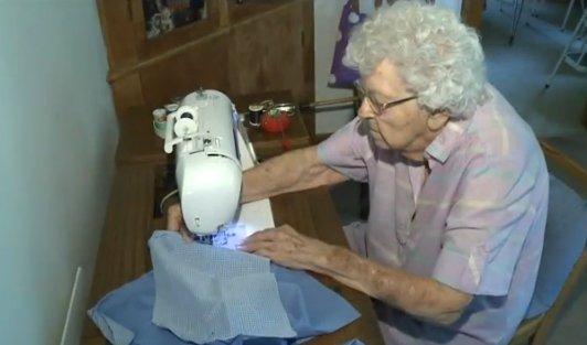 Ta 99-letnia staruszka codziennie szyje sukienki. Dla potrzebujących dziewczynek z Afryki