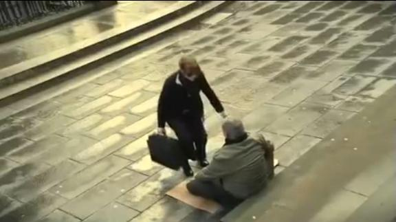 Kobieta zabrała niewidomemu jego tablicę. To, co stało się później było zadziwiające.