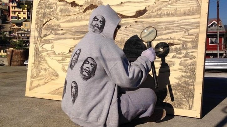 Niesamowite obrazy malowane… lupą