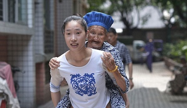 Dziewczyna nosi swoją babcię do pracy na plecach