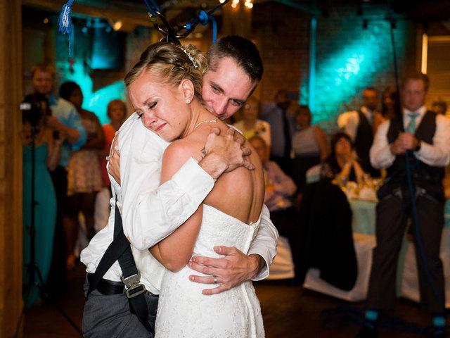 Sparaliżowany pan młody zatańczył na własnym weselu. Dzięki pomocy kolegów z wojska