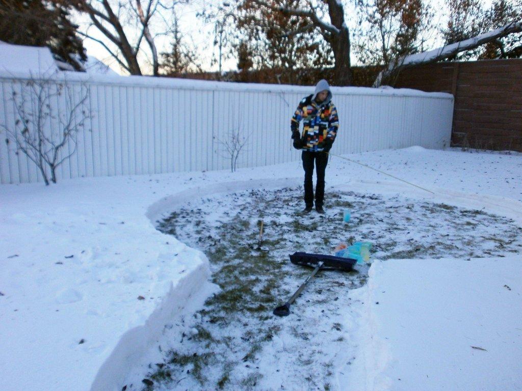 Niesamowita zimowa budowla, wykonana w ogrodzie