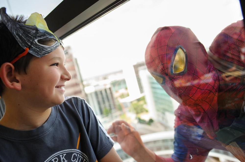 Pracownicy firmy sprzątającej przebrali się za superbohaterów, aby rozweselić dzieci ze szpitala