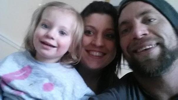 Rodzice wytatuowali sobie zmiany na skórze, aby ich córka nie czuła się inna