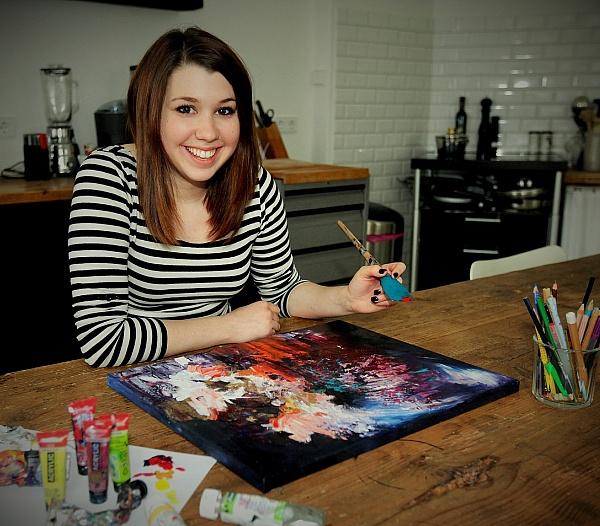 Kobieta, która widzi muzykę, maluje piękne obrazy popularnych piosenek