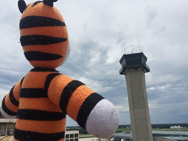 Chłopiec zostawił maskotkę na lotnisku, pracownicy zrobili mu wspaniała niespodziankę