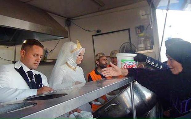 Para młoda zaprosiła na ucztę weselną 4 tys. syryjskich uchodźców